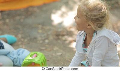 weinig; niet zo(veel), natuur, twee, speelgoed, zuster, spelend