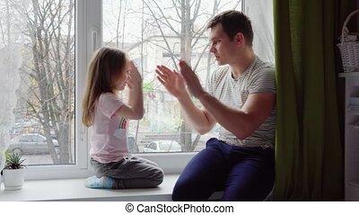 weinig; niet zo(veel), o.k., haar, vader, meisje, spelend