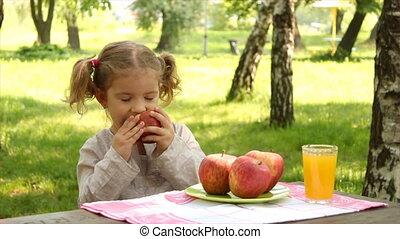 weinig; niet zo(veel), park, appel, meisje, eten