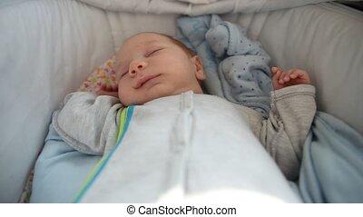 weinig; niet zo(veel), pasgeboren, slapende, de voederbak van de baby