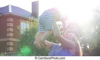weinig; niet zo(veel), silhouette, haar, jonge, zoon, ondergaande zon , moeder