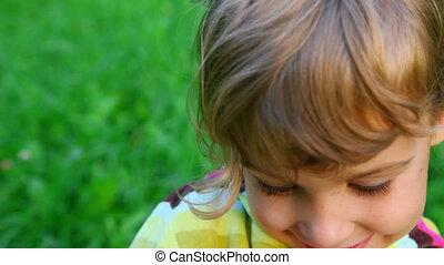 weinig; niet zo(veel), smiley, groene achtergrond, meisje, gras