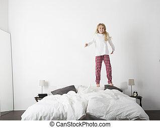 weinig; niet zo(veel), springt, meisje, bed, vrolijke