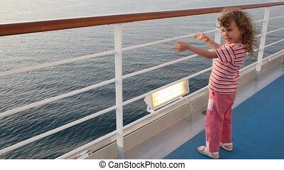 weinig; niet zo(veel), stalletjes, dek, cruiseschip, meisje