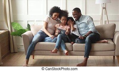 weinig; niet zo(veel), tablet, gezin, digitale , ouders, afrikaan, gebruik, kinderen, vrolijke