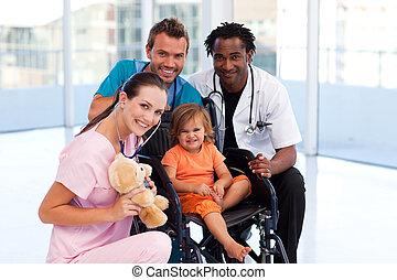 weinig; niet zo(veel), team, het glimlachen, fototoestel, patiënt, medisch