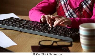 weinig; niet zo(veel), toetsenbord, meisje, het typen