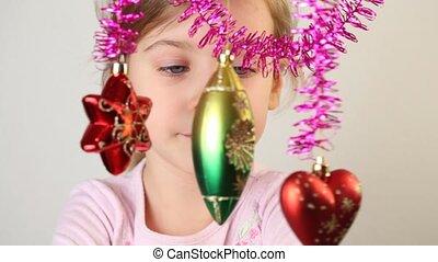 weinig; niet zo(veel), versiering, examineren, hang., meisje, kerstmis-boom