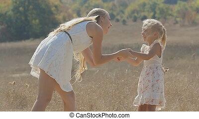 weinig; niet zo(veel), vertragen, dochter, haar, het koesteren, motie, akker, lachen, mamma, kussende