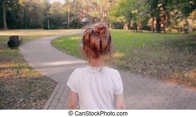 weinig; niet zo(veel), vertragen, goud, fair, gloed, wandelende, back, haar, park., broodje, mo, sun., meisje, heeft, straat, aanzicht