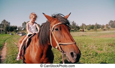 weinig; niet zo(veel), vertragen, land, zonnig, paarde, day., het glimlachen, zij, mo, paardrijden, meisje, fun., hebben, straat, vrolijke