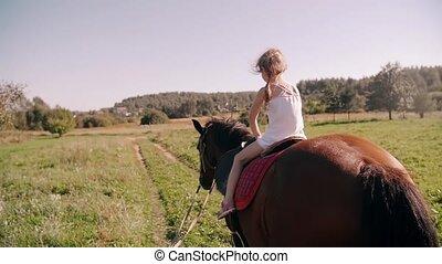 weinig; niet zo(veel), vertragen, natuur, zonnig, paarde, back, day., het glimlachen., zij, mo, paardrijden, meisje, vrolijke , aanzicht