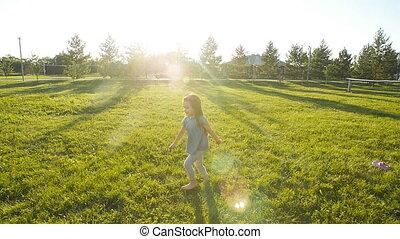weinig; niet zo(veel), vertragen, weide, motie, rennende , groene, meisje, vrolijke