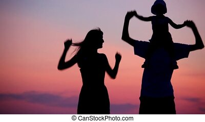 weinig; niet zo(veel), vrouwenholding, dancing, schouders, ondergaande zon , achtergrond, meisje, man