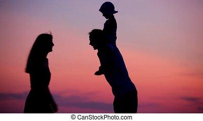 weinig; niet zo(veel), vrouwenholding, schouders, ondergaande zon , achtergrond, kussende , meisje, man