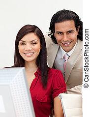 werkende , het glimlachen, fototoestel man, vrouw, samen