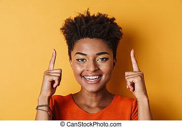 wijzende, omhoog, vrouw, vingers, amerikaan, het glimlachen, beeld, afrikaan