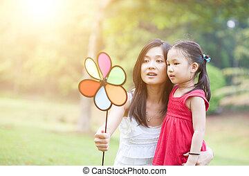 windmolen, dochter, park., groene, moeder het spelen