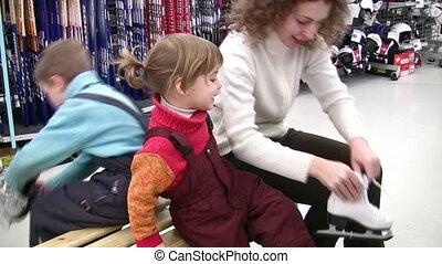 winkel, het proberen, skates, kinderen, moeder
