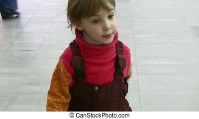 winkel, klein meisje, wandelende