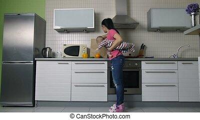 winkeltas, moeder, baby, het leegmaken, keuken