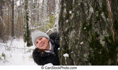 winter, gegooi, park, boompje, achter, sneeuwballen, meisje, spelend