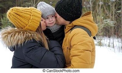 winter, hun, mamma, zoon, papa, park., kussende , weinig; niet zo(veel), het knuffelen