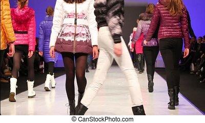 winter, modellen, snowimage, weg, jonge, verzameling, wandeling, kleren