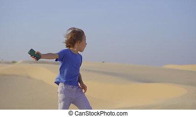 woestijn, weinig; niet zo(veel), hebbend plezier, jongen