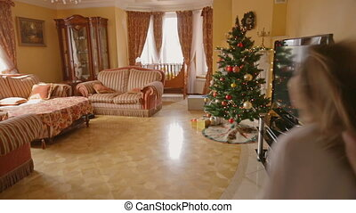 woonkamer, na, meiden, twee, opgewekte, kadootjes, rennende , open, kerstmis