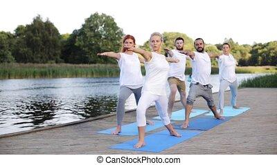 yoga, mensen, groep, buitenshuis, oefeningen, vervaardiging