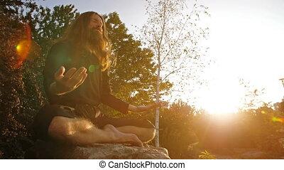 yogi, het peinzen, ondergaande zon