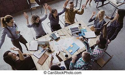 zakelijk, hardloop, kantoor., mensen, centre., werkende , aanzicht, samen, bovenzijde, palm, groep, zolder, modieus, zet, team, gemengd, jonge