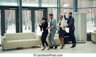 zakenlui, partij., concept., mannen, emoties, hal, millennials, vrouwen, mooi, samen, plezier, medewerkers, collectief, hebben, dancing, lachen