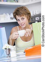 zakken, vrouw winkelen, zittende , thee, jonge, drinkt, koffiehuis