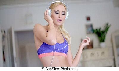zalig, vrouw, muziek, jonge, het luisteren