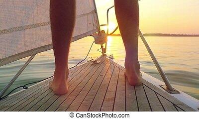 zeilend, vuurpijl, jacht, weerspiegelde, zonlicht, oceaanwater, ondergaande zon , kalm, slowmotion, man, neus