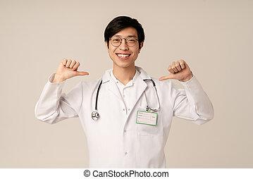 zichzelf, vingers, jonge, beeld, wijzende, mannelijke , het glimlachen, arts, aziaat