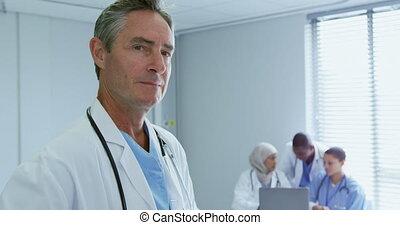 zijn, arts, het kijken, mannelijke , collega's, ziekenhuis, kaukasisch, close-up