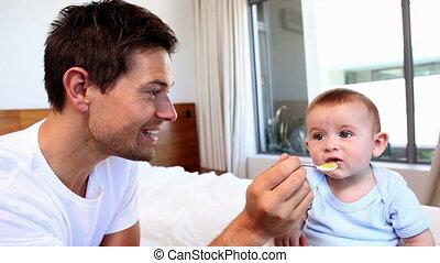 zijn, baby, vader, zoon, het voeden, vrolijke