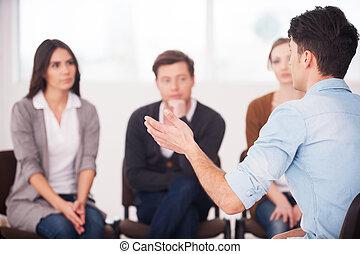 zijn, groep, zittende , mensen., mensen, problemen, gesturing, het vertellen, terwijl, delen, iets, het luisteren, vooraanzicht, hem, man
