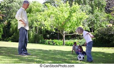 zijn, kinderen, voetbal, vader, spelend