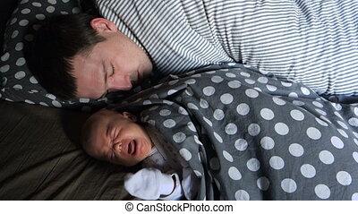 zijn, vader, pasgeboren, schreeuwen, slapend, baby, het liggen