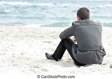 zittende , alleen, zakenman, het genieten van, strand, aanzicht