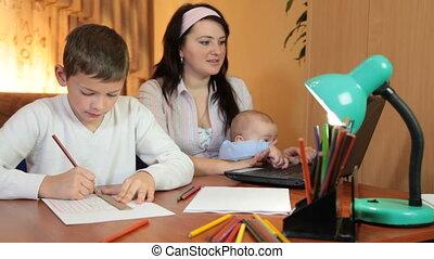 zittende , draagbare computer, twee, moeder, thuis, tafel, kinderen