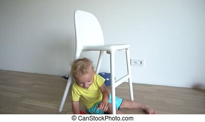 zittende , gimbal, spelend, weinig; niet zo(veel), teddy beer, chair., motie, blonde , onder, baby jongen