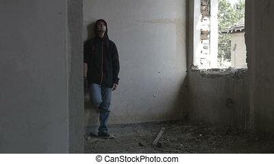 zittende , hooded, gebouw, terneergeslagen, verlaten, man, jonge