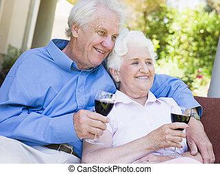 zittende , paar, glas, buitenshuis, senior, hebben, rode wijn