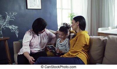 zittende , tablet., moeder, grootmoeder, sofa, kleine, gebruik, meisje, thuis