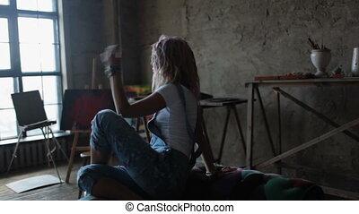 zittende , veelkleurig, haar, danser, modieus, meisje, bankstel